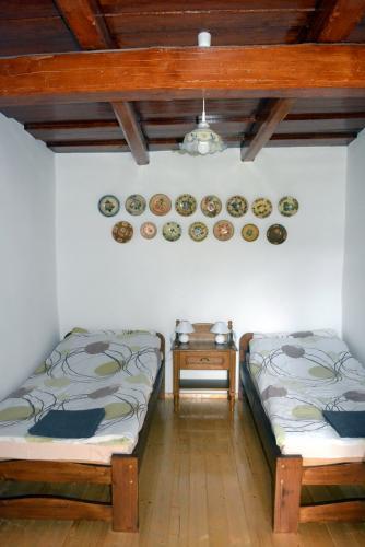 Kétágyas szoba, gyönyörű dísztányérokkal